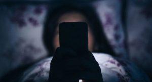нужно ли выключать телефон на ночь